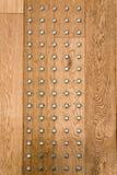 棕色松树木墙壁和银镀铬物buttom/铆钉滚动, Backg 库存图片