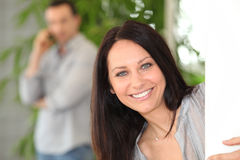 棕色毛发的纵向微笑的妇女 库存照片