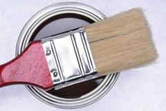 棕色油漆顶视图能与红色刷子 免版税图库摄影