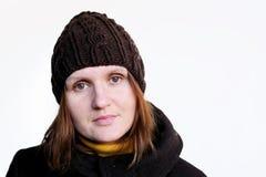 棕色深色的帽子被编织的可爱的妇女 免版税图库摄影