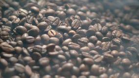 棕色烤和芬芳咖啡豆特写镜头与一股芳香烟的 影视素材