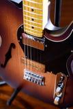 棕色电吉他 免版税库存图片