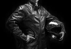 棕色皮夹克的成人摩托车骑士。 库存照片