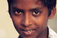 棕色皮肤的印地安男孩亲切的神色  库存图片