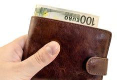给从棕色皮革钱包的贿款有被过滤的一百欧元的 免版税库存图片