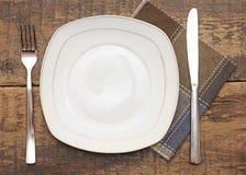 棕色盘空的叉子刀子餐巾 库存图片