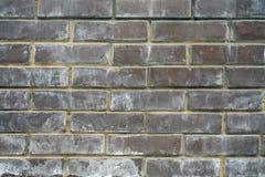 棕色砖块抽象肮脏的未加工的墙壁纹理与霉模子踪影的  库存照片