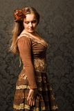 棕色礼服常设墙壁妇女 图库摄影