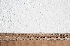 棕色纸板边纹理  被折叠的纸板箱反对 免版税库存照片