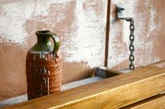 棕色绿色花瓶 免版税图库摄影