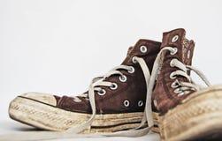 棕色老运动鞋 库存照片