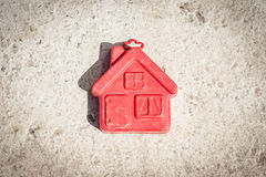 棕色背景的小红色房子 库存照片