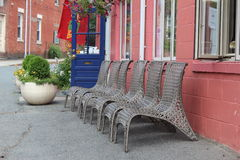 棕色藤椅行  免版税库存图片