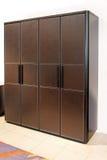棕色衣物柜 免版税库存图片
