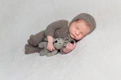棕色衣裳的可爱的新出生的男孩 库存图片