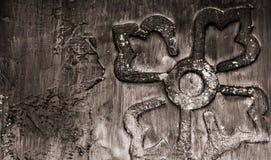棕色装饰手工制造瓦片,抽象背景特写镜头细节在黑暗的树荫下 免版税库存图片