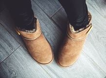 棕色起动的女孩在皮革裤子 时尚,样式,现代 背景可能难倒灰色使用的木头 库存照片