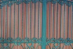 棕色铁篱芭的片段有伪造的酒吧和一个美好的样式的 免版税库存照片