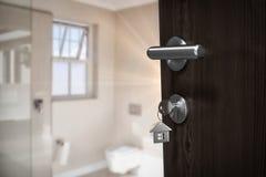 棕色门的数位引起的图象的综合图象与房子钥匙的 库存照片