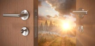棕色门的综合图象与门把和钥匙的 库存照片
