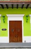 棕色门绿色有历史的胡安老圣墙壁 库存图片