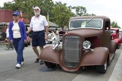 棕色雪佛兰卡车1936年和一对年长夫妇 免版税图库摄影