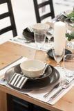 棕色餐桌白色 免版税库存照片