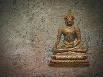 棕色高明的地球上的金黄菩萨雕象 库存照片