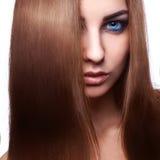 棕色头发妇女画象有看的蓝眼睛的  免版税库存照片