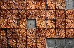 棕色黏土在房子里铺磁砖墙壁,被损坏 免版税库存照片