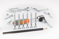 棘轮扳手、铅笔和螺丝在白色背景 库存照片