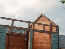 棚子关闭在建筑庭院期间外面 免版税库存图片