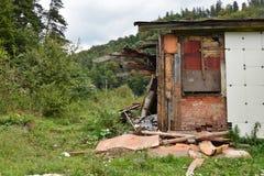 棚子和森林 免版税库存照片
