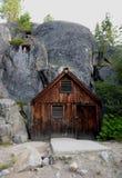 棚子在森林 免版税库存照片