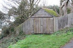 棚子车库在森林 库存照片