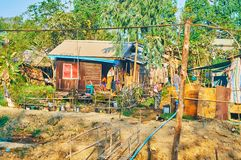 棚户区在东部Dagon乡,仰光,缅甸 免版税库存图片