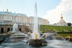 森山喷泉和宫殿在Peterhof 水平 库存照片