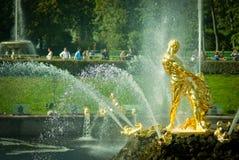 森山喷泉在Peterhof宫殿 免版税库存图片