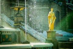 森山喷泉在Peterhof宫殿 图库摄影