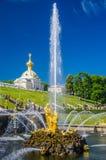 森山喷泉在Peterhof,俄罗斯 库存照片