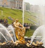 森山喷泉,盛大小瀑布在Peterhof,圣彼德堡,俄罗斯 库存照片