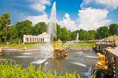 森山喷泉,盛大小瀑布在Peterhof,圣彼德堡,俄罗斯 免版税库存图片