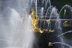 森山雕塑盛大小瀑布的喷气机的 peterhof 免版税图库摄影