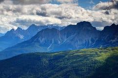 森林、草甸和接合的峰顶在蓝色薄雾白云岩意大利 免版税库存照片