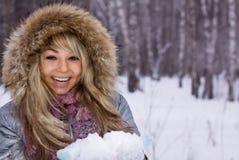 森林俏丽的微笑的冬天妇女 免版税库存图片