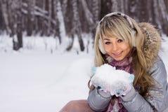 森林俏丽的微笑的冬天妇女 免版税图库摄影