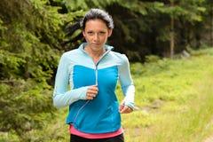 森林健身训练的连续妇女 免版税库存照片