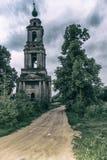 森林公路的一个老被破坏的教会 图库摄影