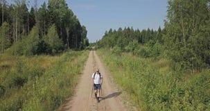 森林公路的远足者 影视素材