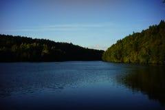 森林包围的盐水湖 免版税库存照片